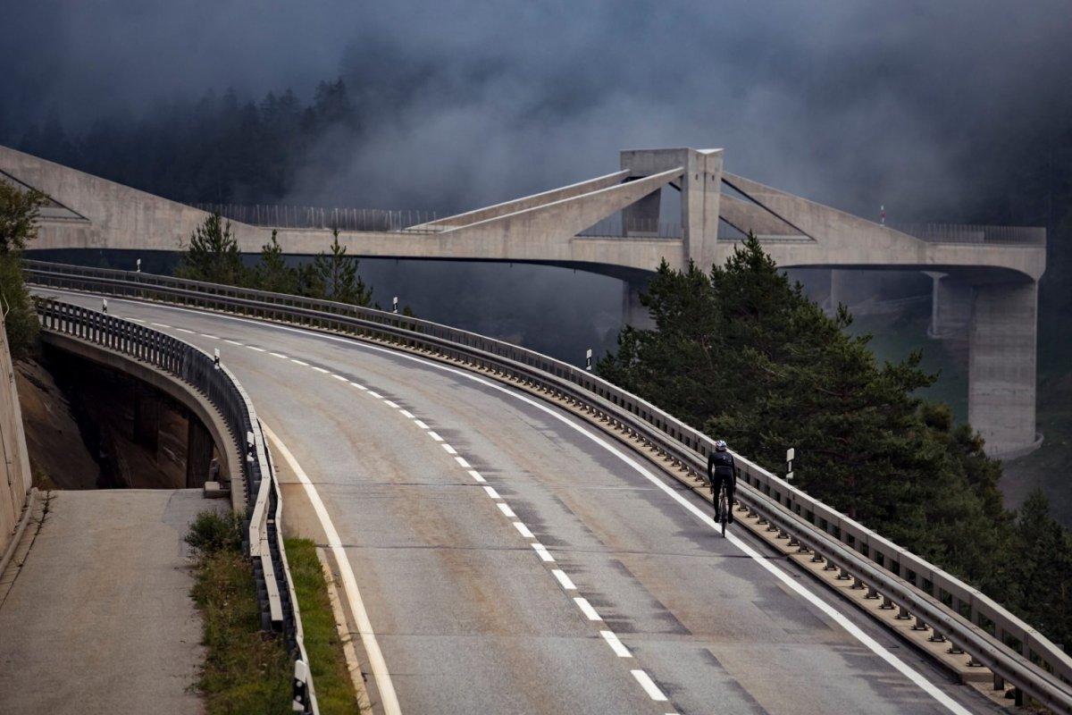 330 kilometrů přes alpská sedla, jeden převod, žádné brzdy.