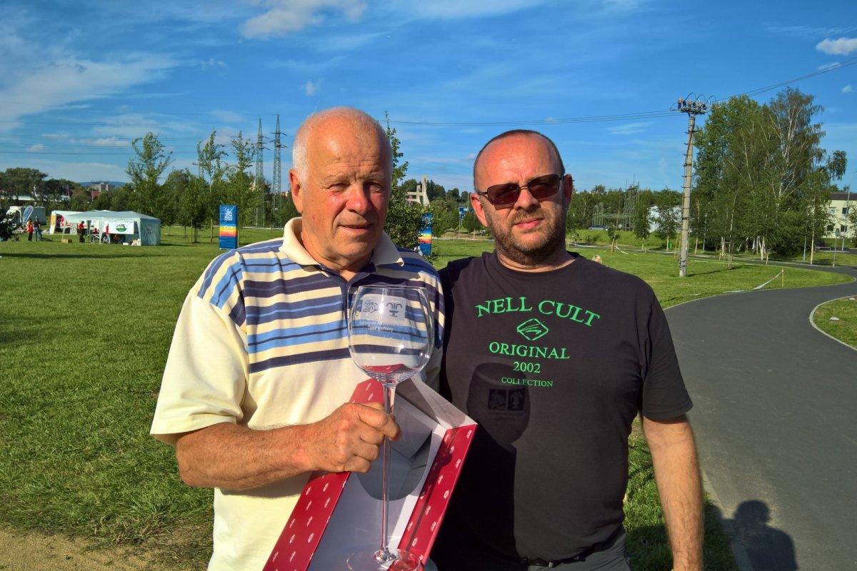 Medailisty Karlovarského AM bikemaraton dekoruje legenda