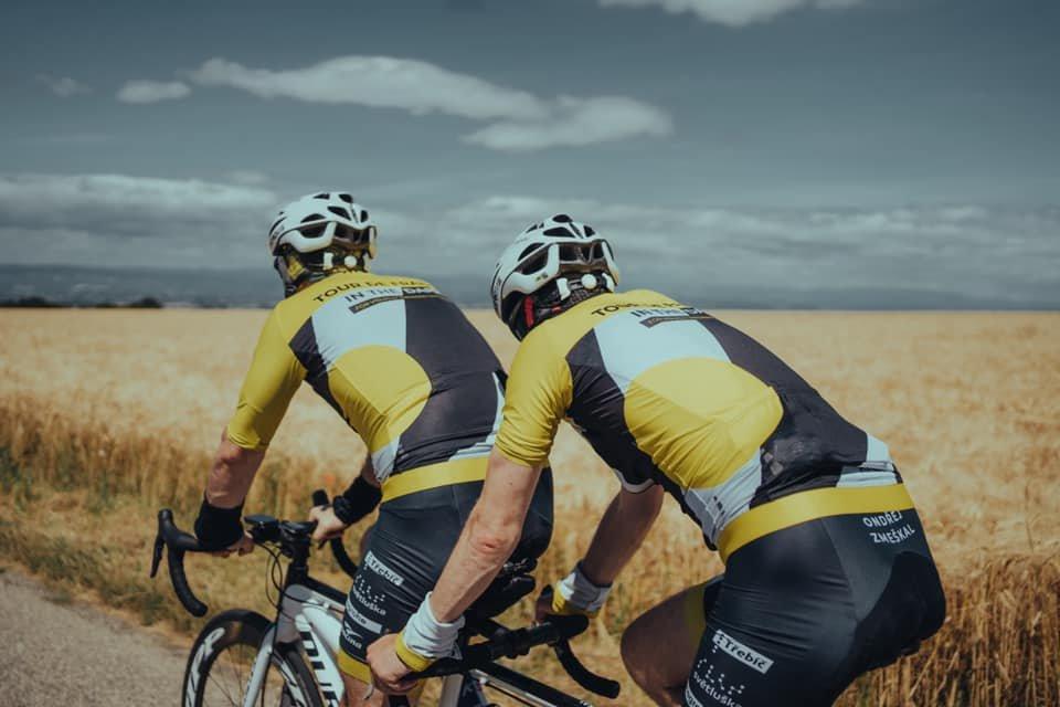 Nevidomý cyklista úspěšně bojuje na Tour de France. Kopce nevidím, je to moje výhoda, říká